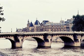 Un_pont_sur_la_seine